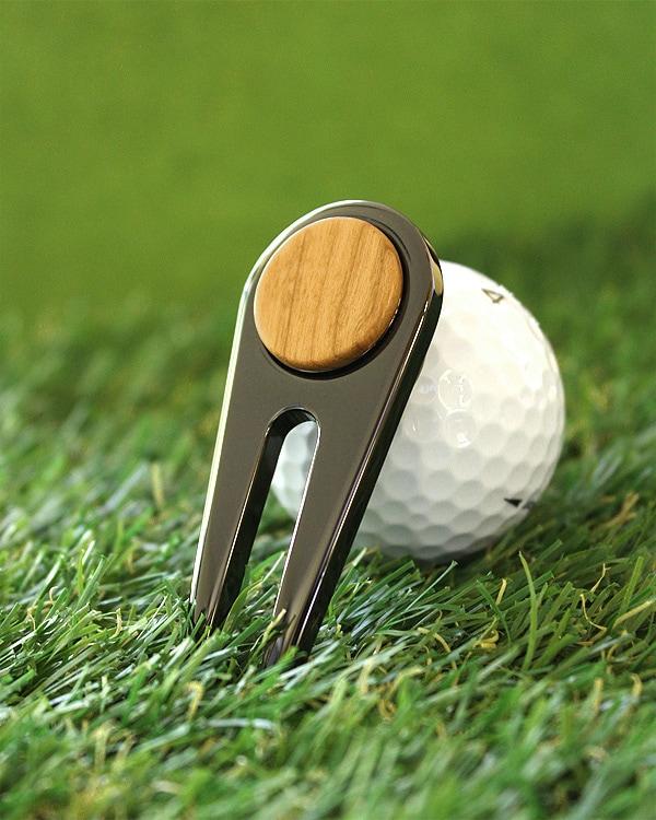 ゴルフの必需品、木製グリーンフォーク「Golf Green Fork」