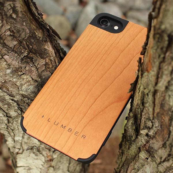 手触り良い塗装を施した木製アイフォン8/7ケースは適度なグリップ感