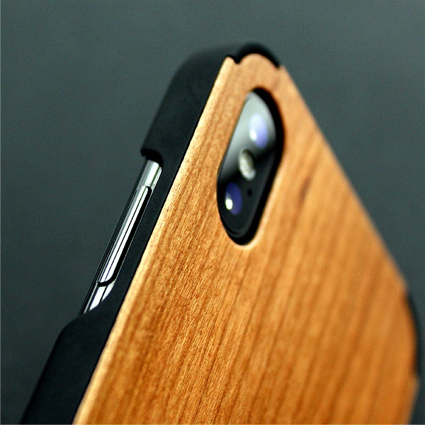 丈夫なハードケースがしっかりとiPhoneを守り、天然木の質感が手に安らぎを与えてくれます