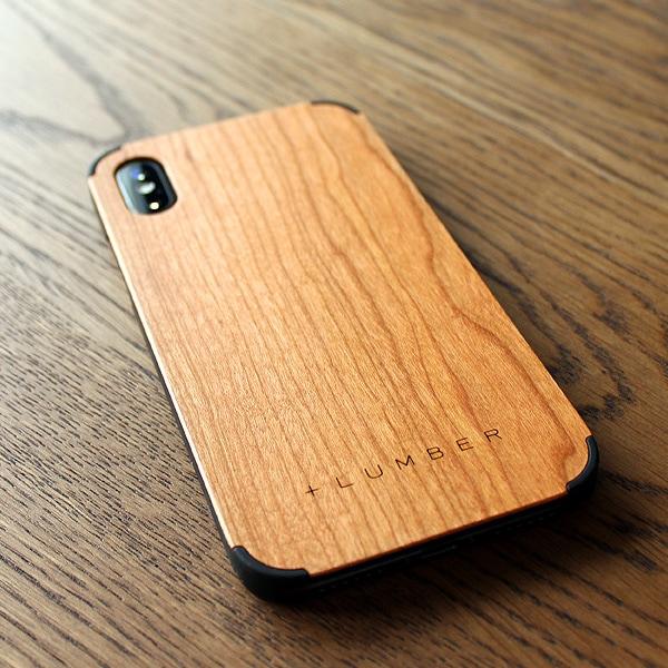 手触り良い塗装を施した木製アイフォンXS/Xケースは適度なグリップ感