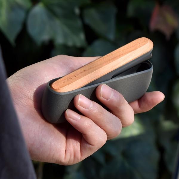 ドアパネルに天然の木材を使用しています、自然が生み出す美しい木目を手元にてお楽しみください。