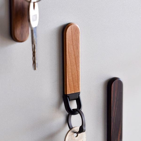 鍵の居場所を作るマグネット付き木製キーホルダー「KEYHOLDER MAG」