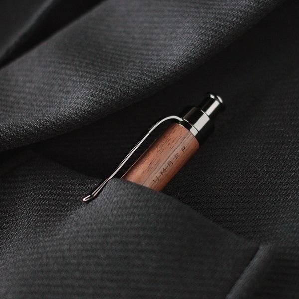 ペンクリップつきでシャツの胸ポケットにもしっかり留められます。