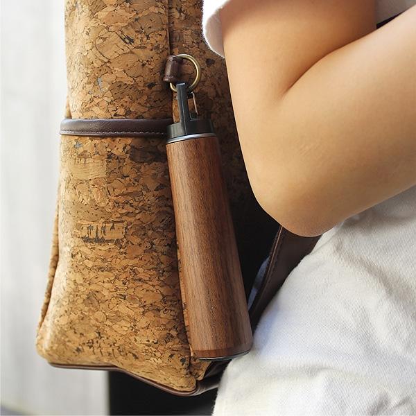 フック付きなのでカバンやアウトドア、キャンプのテント内にかけたりする事も出来る便利なハンディライトです。