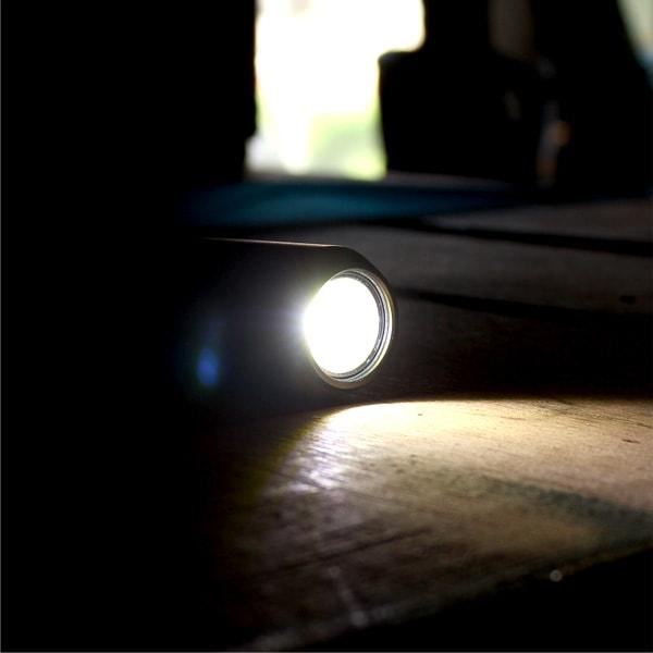 光束 約160ルーメンで約1mを照らせます、単3形乾電池2本(別売)で約26時間連続使用できるので、いざという時の家庭内防災グッズとしてもご利用いただけます。