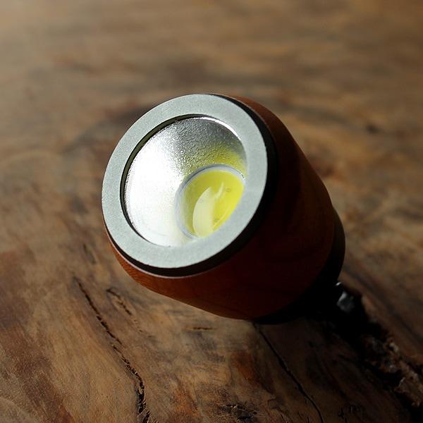 白色系LEDを3コ使用、暗い夜道でも明るく照らしてくれる懐中電灯です。