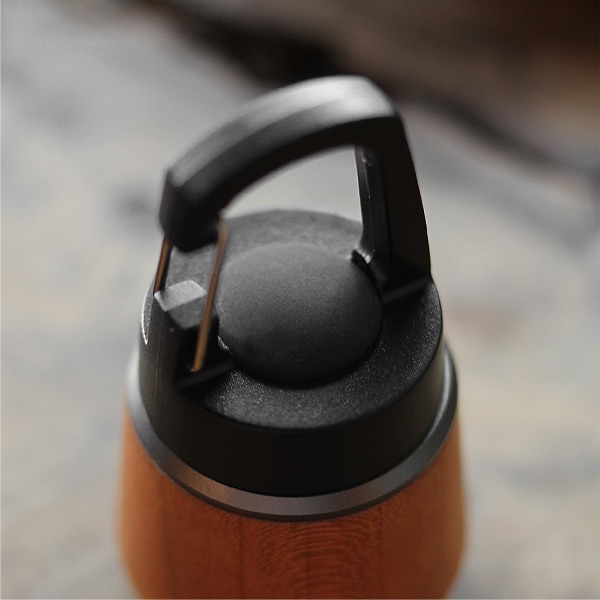 昔ながらの灯篭(とうろう)をモチーフにデザインしました、中央のボタンを1回押すとライトが点灯し、もう1回押すと消灯します。