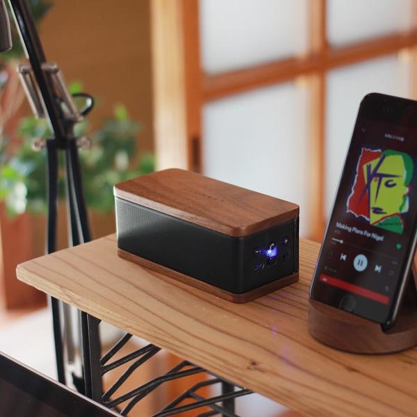 ワイヤレスのスピーカーはデスク上でもすっきりと使用できます