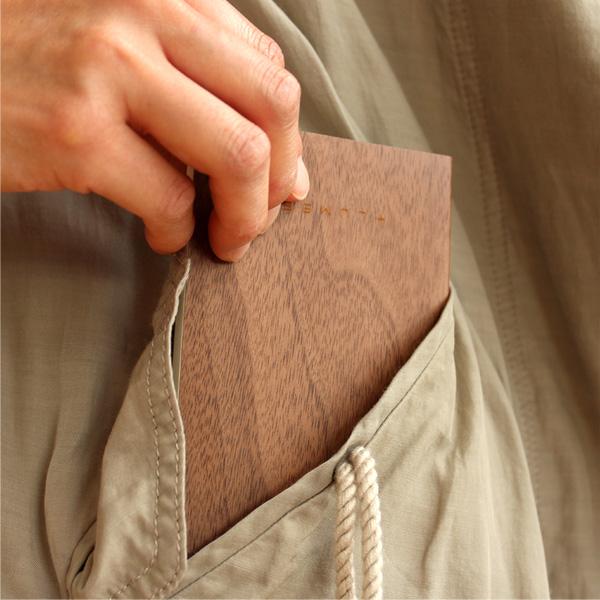 ポケットに収まるコンパクトサイズ。持ち歩きに便利な木のノート
