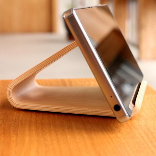 iPhone 6s やXperia Z5 など様々な種類に対応した木製スマートフォンスタンド