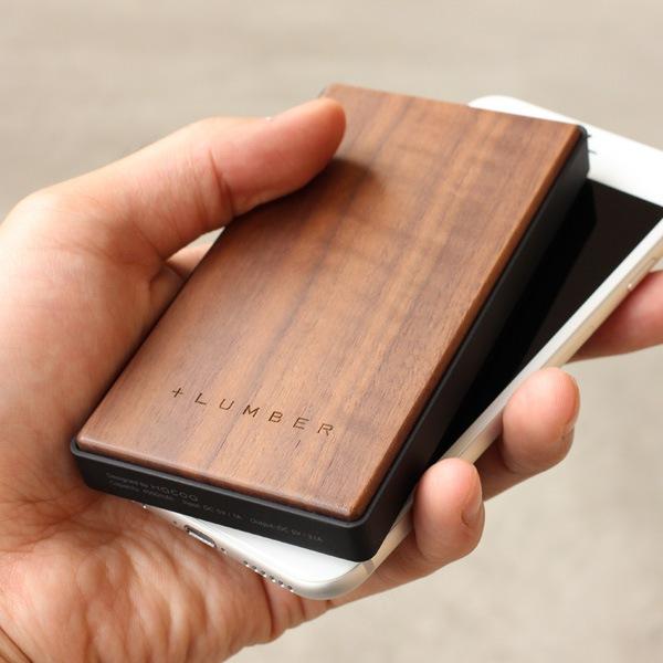 手触り良い仕上げを施した木製モバイルバッテリー。iPhone対応