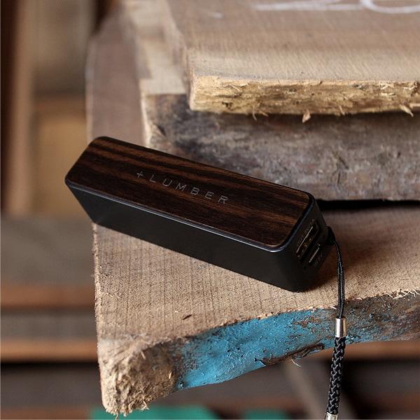 希少性の高い高級天然木材の黒檀を使用した贅沢なモバイルバッテリー。