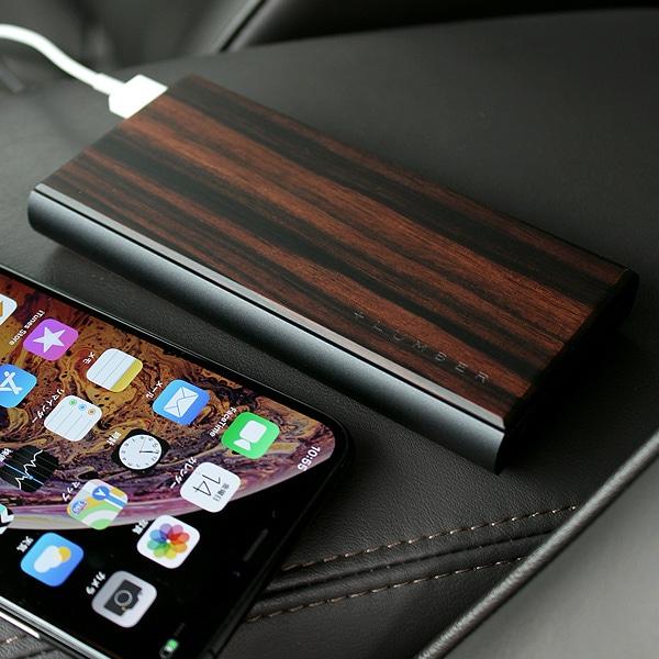 希少性の高い高級天然木材の黒檀を使用した贅沢な大容量モバイルバッテリー。
