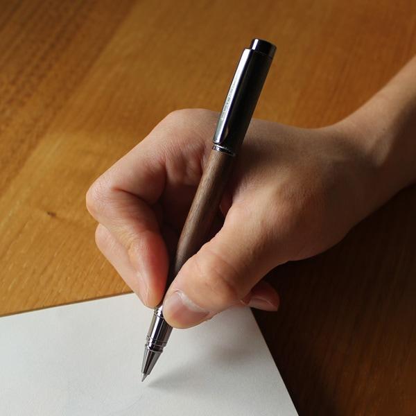 キャップを後着しても筆記時のバランスが良いよう重心設計されています。