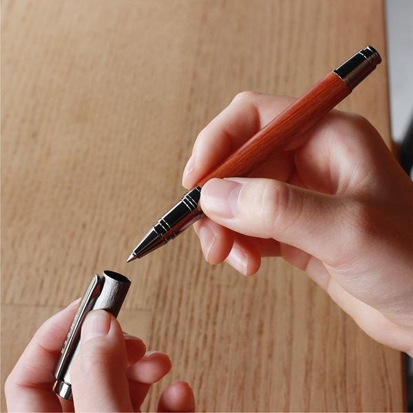 通常のボールペンでは味わえない、自然と手に馴染む天然木のボールペンです。