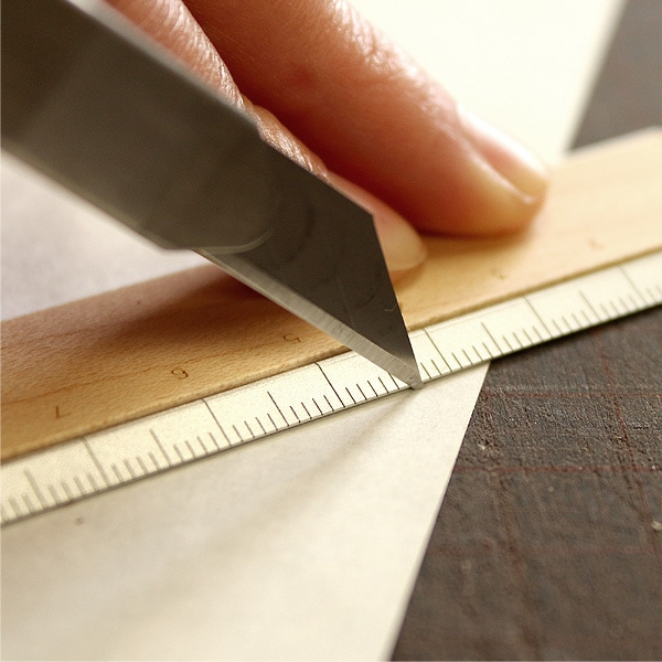 軽量で耐久性に優れたアルミを使用、カッターを使った作業にもおすすめです。