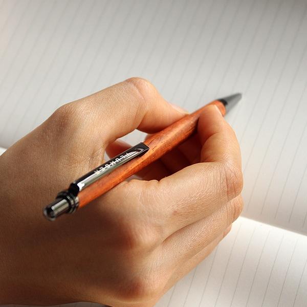 書き心地も滑らかな木製ボールペンです。