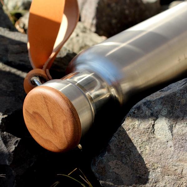 無機質なステンレス素材の水筒に銘木を組み合わせたおしゃれなサーモボトル、木の温かさと美しさが象徴的な水筒・タンブラーです。