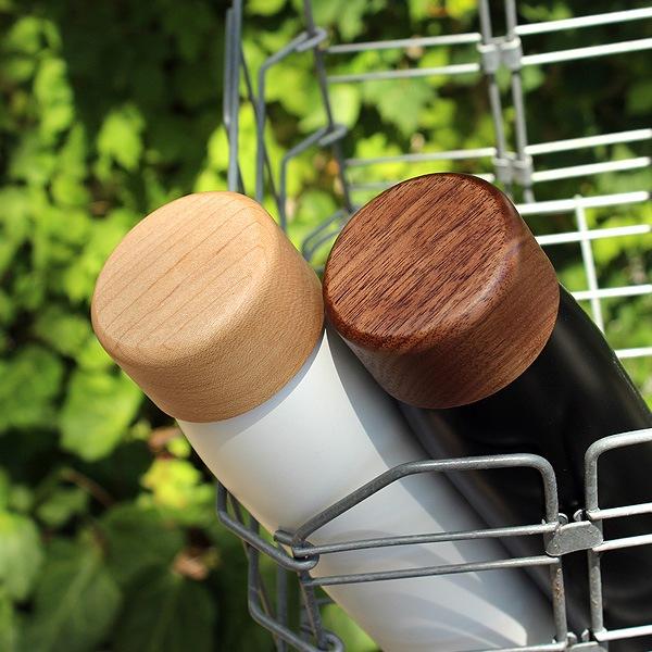 高級木材のメープルとウォールナットから削り出した水筒、木部のフタにはレーザー刻印による名入れが可能です。