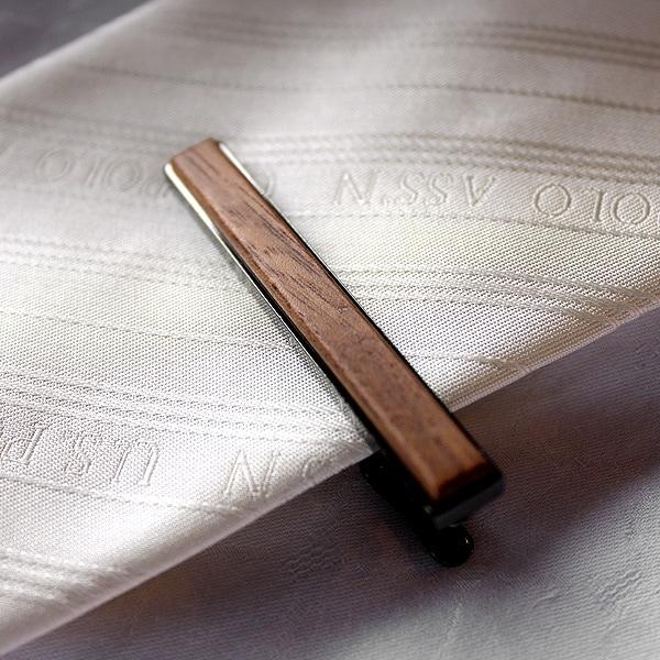無機質な印象になりがちな金属製タイピンとはひと味違うシックなデザインの木製ネクタイピン。