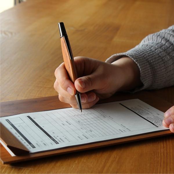 手にしっくりくる三角のカタチ、書き心地も滑らかな木製ボールペンです。