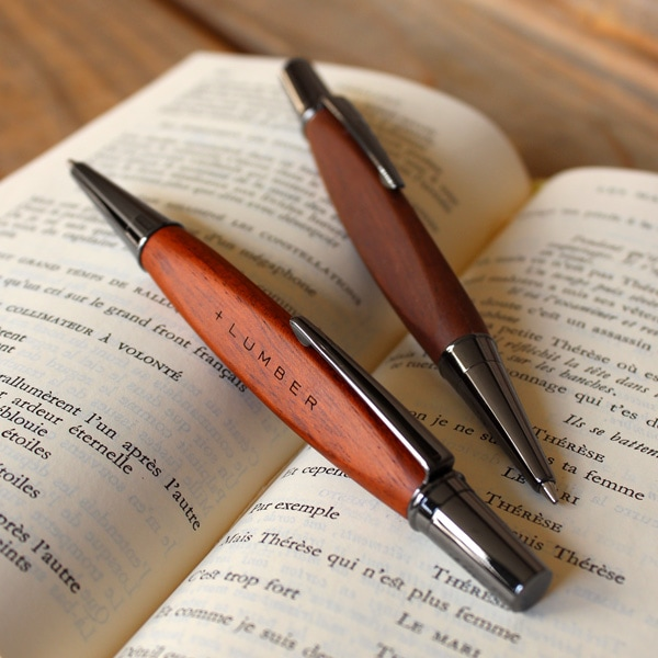 通常のボールペンでは味わえない、自然に馴染む心地よい天然木のボールペンです。