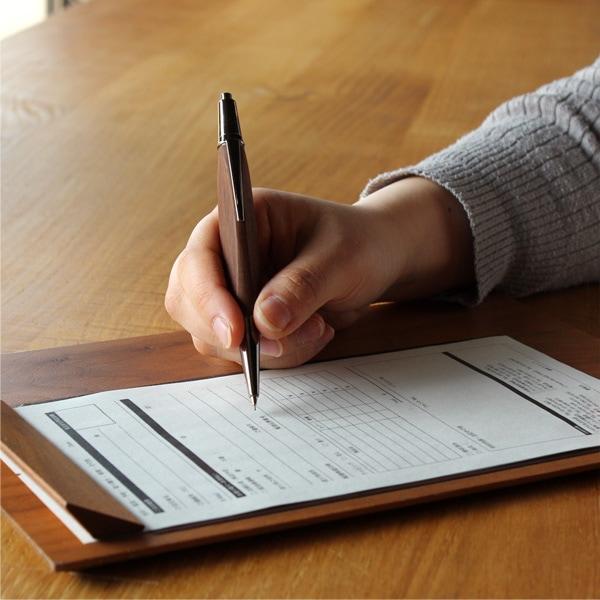 手にしっくりくる三角のカタチ、書き心地も滑らかな木製シャーペンです。