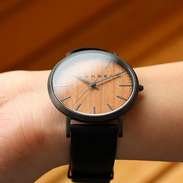 シンプルなスタイルが木目をより強調する腕時計です