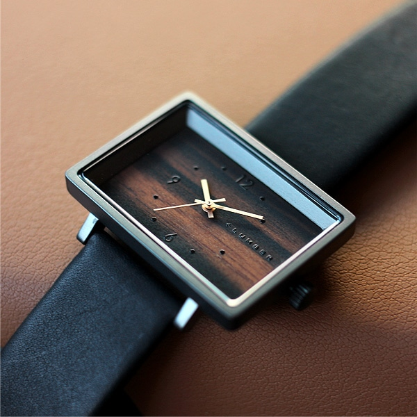 自然の木を使用しているので、木の模様などが一つひとつ異なり、同じものは存在しない世界に一つだけの木製腕時計です。