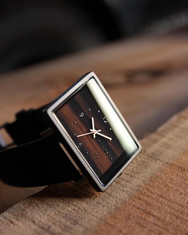 文字盤に木を使用したシンプルな四角い木製腕時計「WATCH 1200」