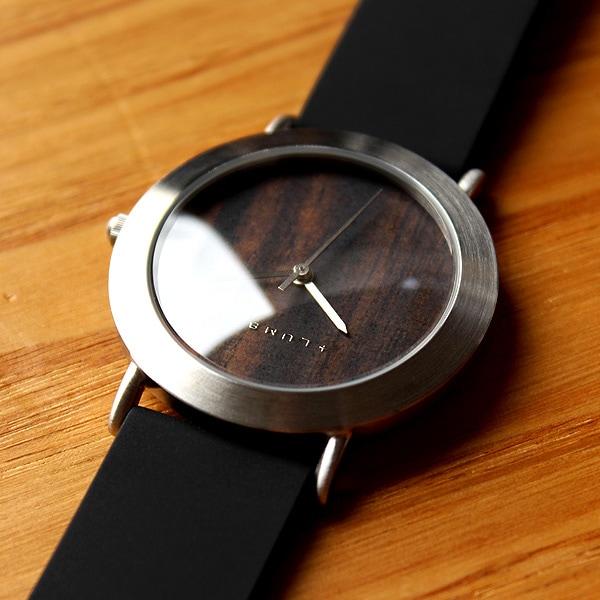 フォーマル・カジュアルどちらでも違和感無く装着できる腕時計。(写真:エボニー[黒檀]・ステンレススチールベルト)