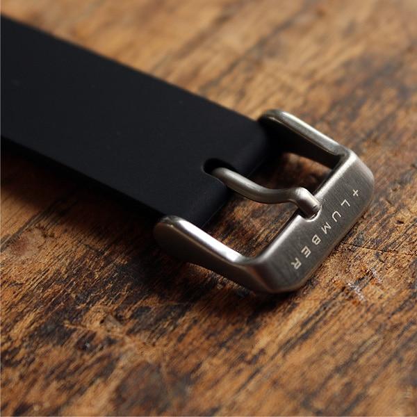 尾錠にはブランドロゴが刻まれています。