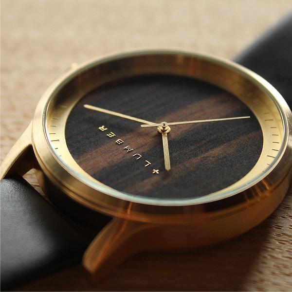 フォーマル・カジュアルどちらでも違和感無く装着できる腕時計。(写真:エボニー[黒檀])