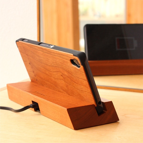 Hacoaブランドの木製Xperia Z3専用ケースを装着したまま使用可能なスマホスタンド