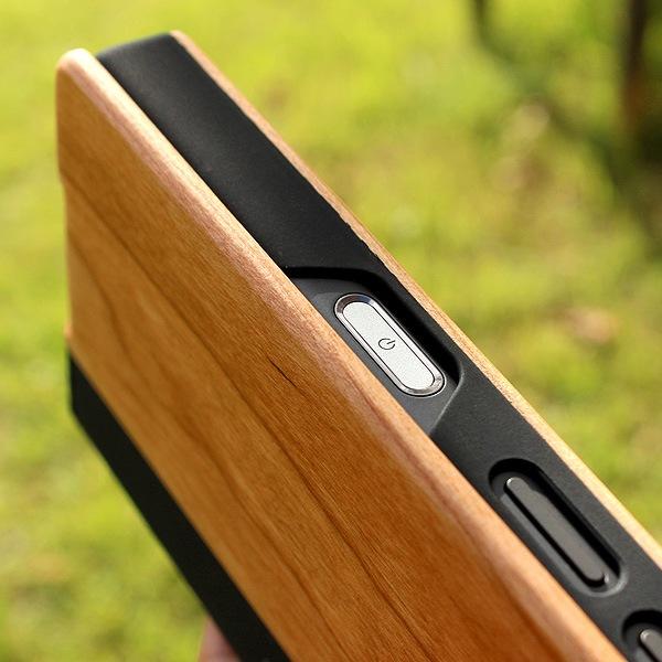 指紋認証しやすいよう木製ケースの開口部を大きく開いています