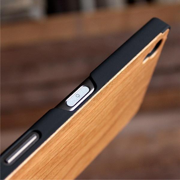 指紋認証しやすいよう木製ケースの開口部を大きく開いています。