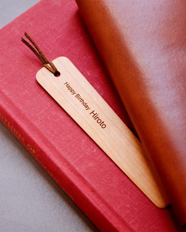 誕生日のお祝いに、名入れをした木製のしおり・ブックマーク