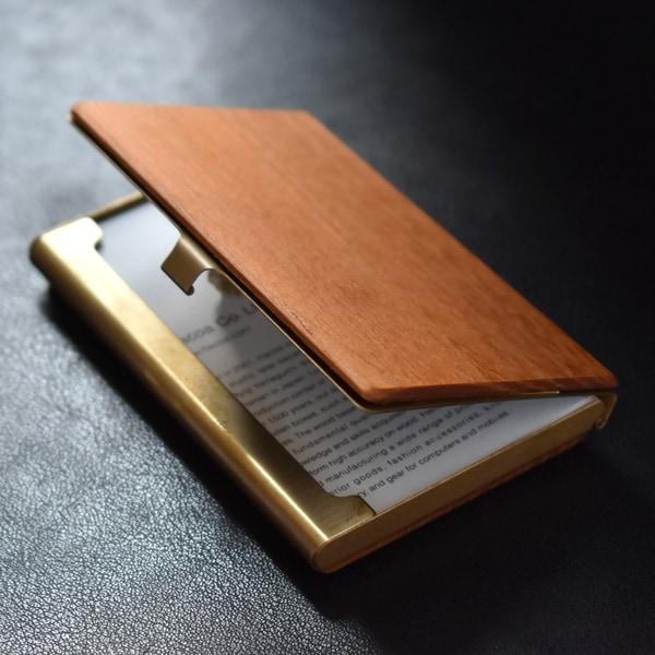 国産の天然木の風合いと真鍮の質感がそれぞれの素材感を魅力的に引き立てるカードケースです。