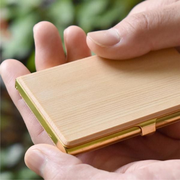 国産材である、ヒノキ・クリ・ケヤキを使用。従来のカードケースとは異なる仕上げで柔らかな木の素材感をよりお楽しみいただけます。