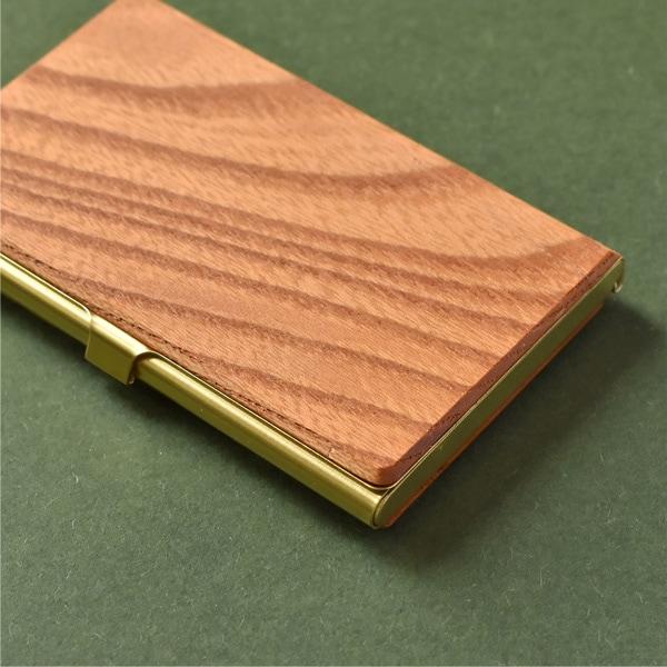 赤褐色の木目が魅力的で、成長が早く乾燥や暑い気候にも強いニレ科ケヤキ属の落葉高木。古いお寺や神社で多く使われることから「幸運や長寿」の意味合いをもつ木材。