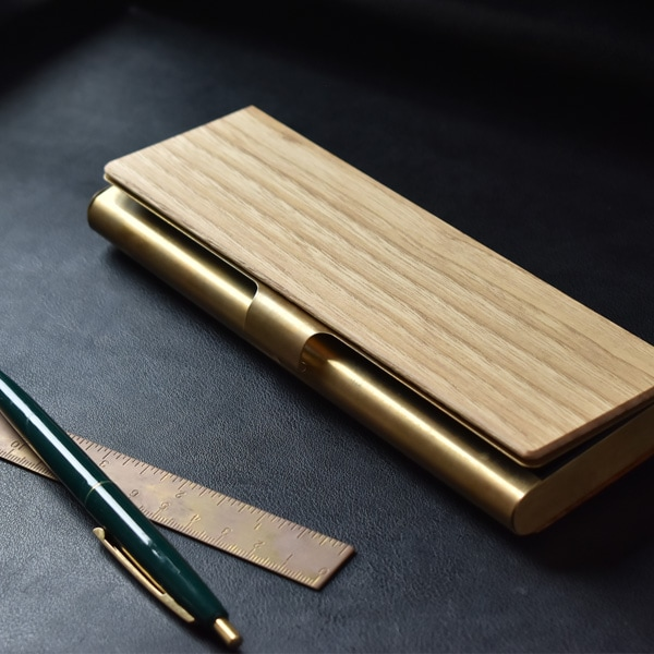 国産材の風合いと真鍮の質感がそれぞれの素材感を魅力的に引き立てる筆箱。