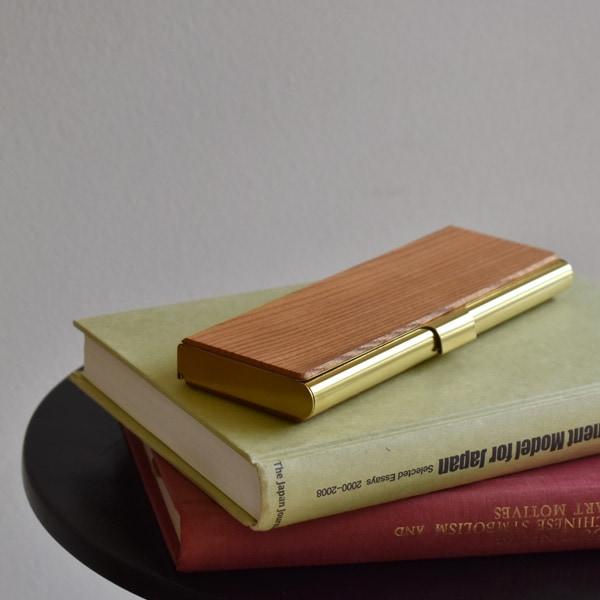 シンプルでおしゃれなデザイン、木と真鍮の筆箱。