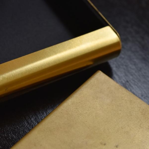 初めは金色の輝きをみせる真鍮ですが、経年変化でマットな質感となり、真鍮特融のアンティーク調の表情を魅せてくれます。