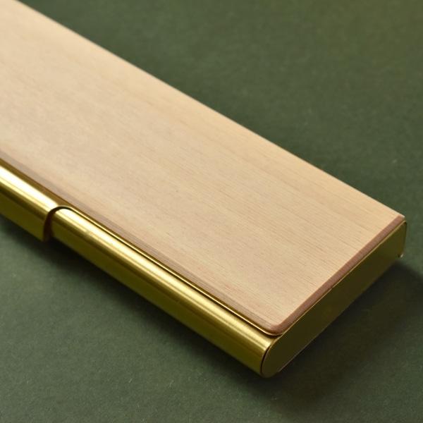 1000年を超えて生きる木材ヒノキ。肌目がきめ細かく、独特な香りを持つ常緑針葉樹。抗菌・防虫・消臭・リラックス効果があると言われています。「不滅・不老不死」という意味合いがあり、耐久性や保存性は世界最高レベルの木材。