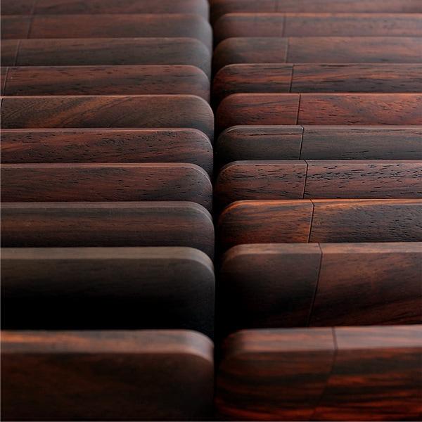 表情豊かなローズウッドは赤紫褐色から紫色を帯びた暗褐色、黒紫色の縞模様をまとったものなど、木目の美しさに定評のある木材です。