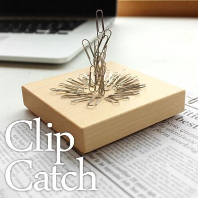 デスクの整理に役立つ、クリップをキャッチする木のかけら