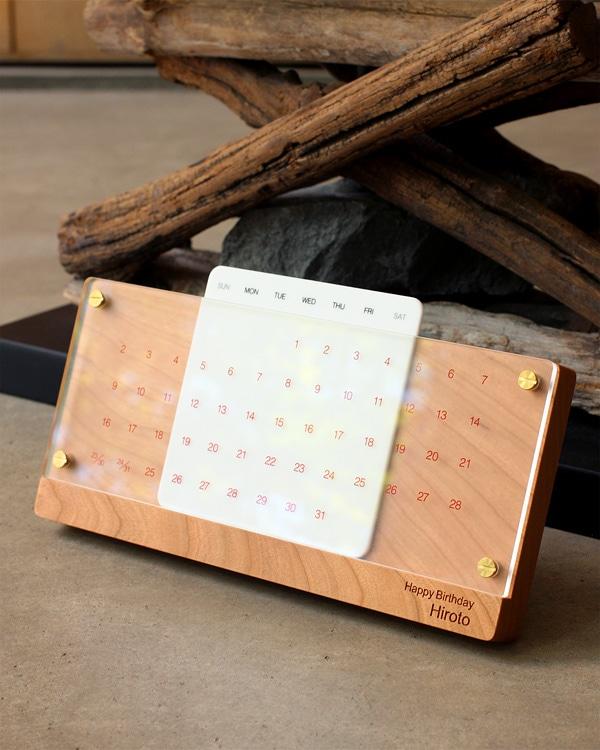 誕生日のお祝いに、名入れをした木製卓上万年カレンダー