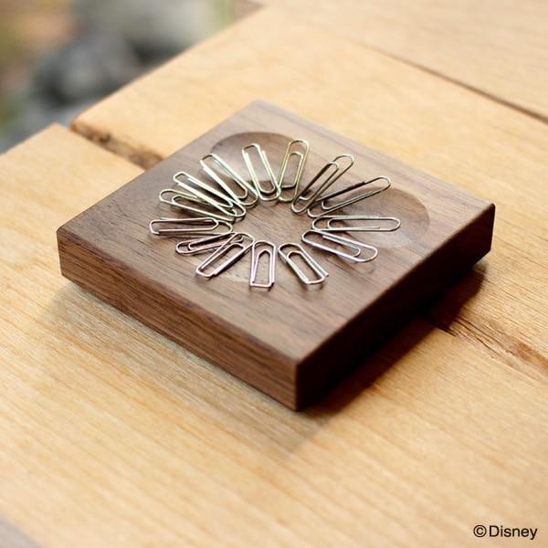 強力な磁石がクリップをまとめる。ミッキーマウスを形どった木製トレイ