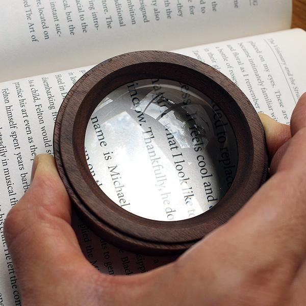 無色透明なホワイトガラスレンズを使用、光の透過に優れているので通常のレンズより明るくて見やすい画期的な拡大鏡です。