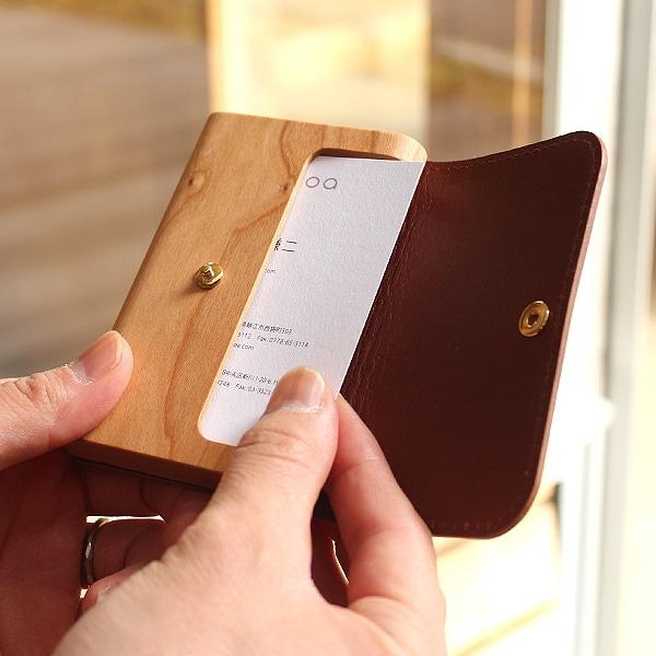 革のカバーは大きく開くので、ケースにおさまった名刺がスムーズに取り出せるようになっています。